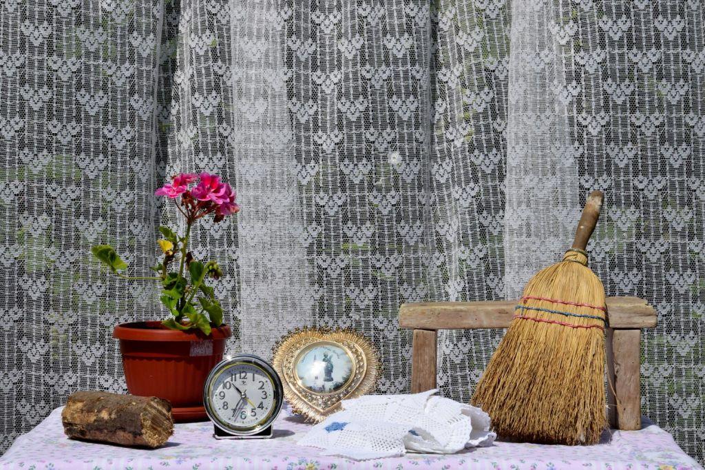 Flower, Clock, and Broom. Her Spirit and Her Things. Lipnica – Tuzla, BiH. 2018 © Trashbus ǀ Renata Britvec