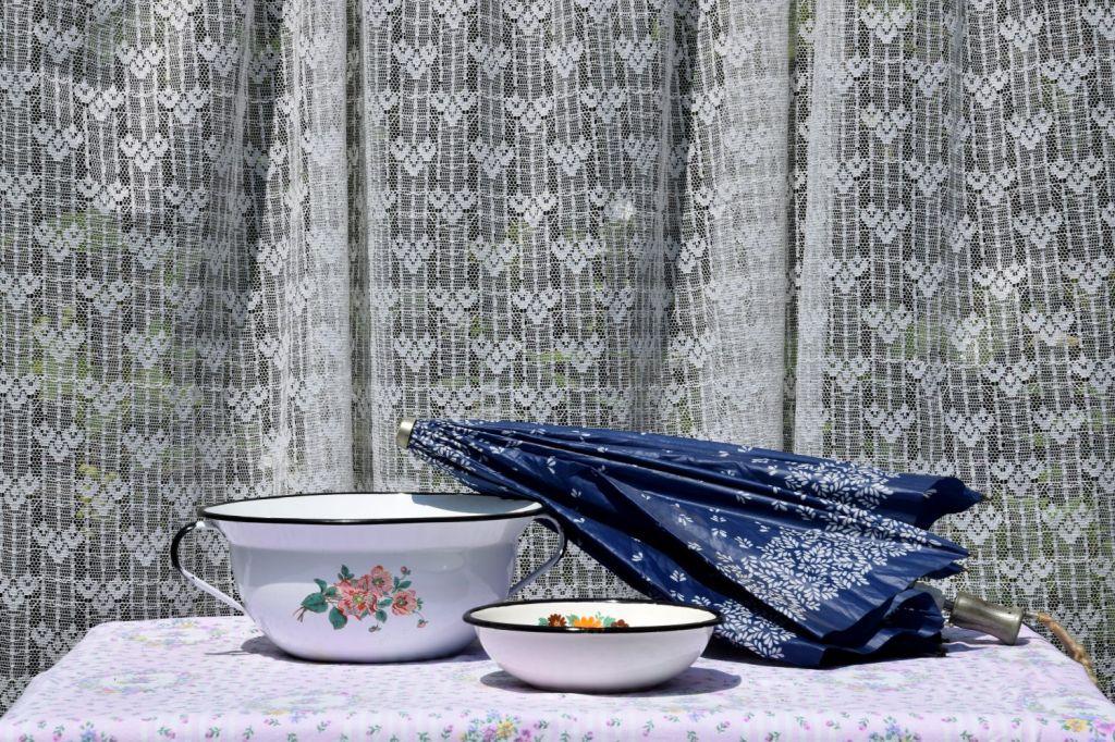 Washbowl, Small Bowl, and Umbrella. Her Spirit and Her Things. Lipnica – Tuzla, BiH. 2018 © Trashbus ǀ Renata Britvec